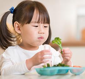 Si Kecil Mulai Mengonsumsi Makanan Padat Pertama, Siapkan Hal Ini!