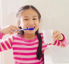 7 Tips Penting agar Si Kecil Mandiri Menyikat Gigi