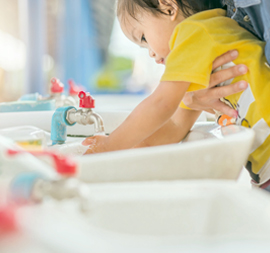 Serunya Mengajarkan Si Kecil untuk Cuci Tangan!